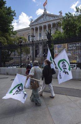 Archivo - Dos personas participan en una concentración por la situación laboral de los empleados públicos de la Biblioteca Nacional, a 21 de junio de 2021, en la Biblioteca Nacional, Madrid, (España).