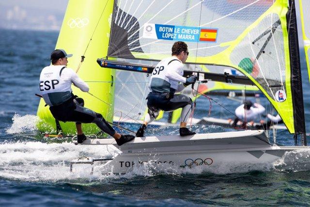 Los regatistas españoles Diego Botín y Iago López Marra en la clase 49er en los Juegos Olímpicos de Tokio