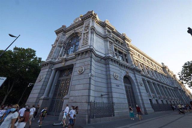 El Banco de España entre la calle de Alcalá y la plaza de Cibeles, a 24 de julio de 2021, en Madrid (España).