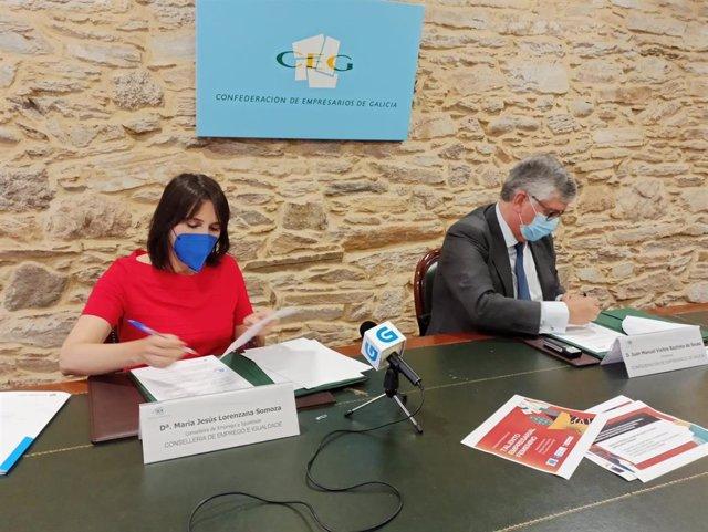 La conselleira de Emprego e Igualdade, María Jesús Lorenzana, firman con el presidente de la Confederación de Empresarios de Galicia (CEG), Juan Manuel Vieites, un acuerdo para la celebración de un congreso sobre emprendimiento femenino