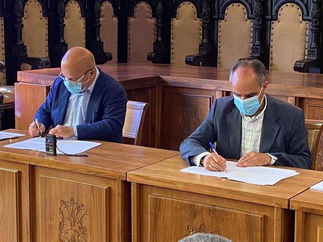 El Subdelegado Del Gobierno, Faustino Sánchez, Y El Alcalde De Astorga, Juan José Alonso Perandones, Durante La Firma De Este Convenio.