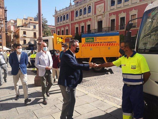 El alcalde de Sevilla, el socialista Juan Espadas, en la Plaza San Francisco, donde ha presentado las nuevas inversiones en mantenimiento de viarios