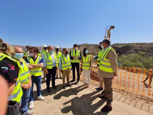 El delegado del Gobierno en Andalucía visita las obras para la impermeabilización de la ladera de la margen izquierda del embalse de Negratín, en Freila (Granada)