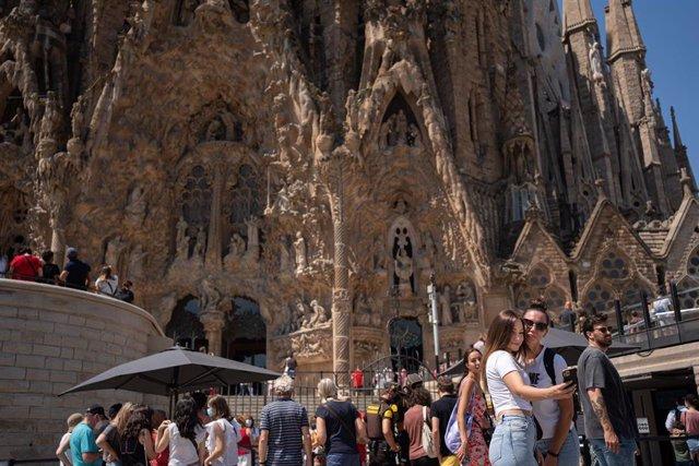 Archivo - Dos chicas se hacen un 'selfie' delante de la Sagrada Família, durante el primer día en el que no es obligado el uso de la mascarilla en exteriores desde el inicio de la pandemia, a 26 de junio de 2021, en Barcelona, Catalunya (España). El 30 de