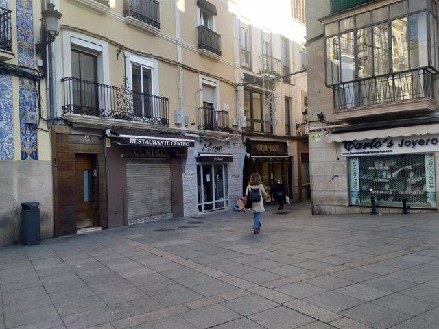 Archivo - Bares y tiendas cerradas en Cáceres debido a la pandemia en una foto de archivo