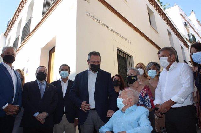 Acto de rotulación de la calle homenaje al orfebre Juan Borrero