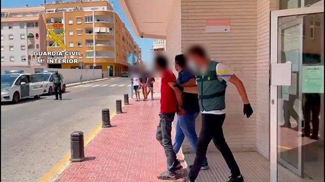 La Guardia Civil de Alicante ha detenido en la localidad de Torrevieja a un hombre de 36 años por presuntamente clavar un cúter en el cuello a otro durante una discusión por desavenencias económicas