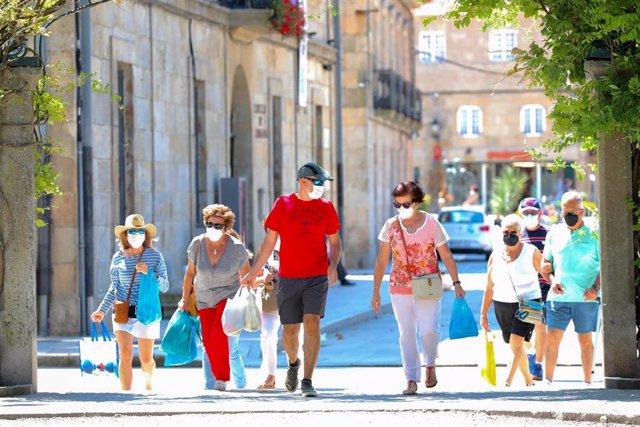Un grupo de personas pasea por el recinto donde se suele celebrar la Festa do Albariño, a 28 de julio de 2021, en Cambados, Pontevedra.