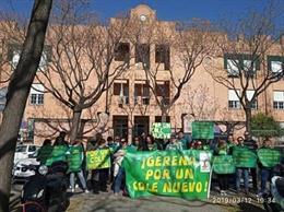 Archivo - Protesta ante la Delegación de Educación en Sevilla de la Plataforma Gerena por un Cole Nuevo