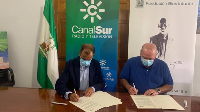 El director general de Radio y Televisión de Andalucía (RTVA), Juande Mellado Pérez, y el vicepresidente de la Fundación Blas Infante, Javier Delmás Infante, firman su convenio de colaboración