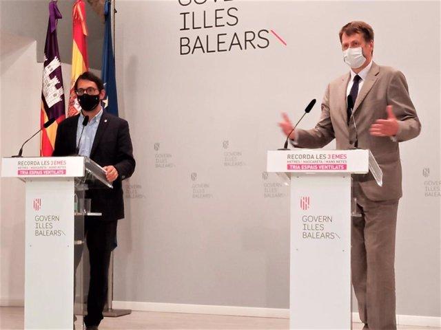 Archivo - El conseller de Modelo Económico, Turismo y Trabajo, Iago Negueruela; y el embajador del Reino Unido en España, Hugh Elliot, en Consolat de Mar.