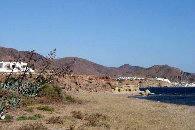 Archivo -    Playa de Los Escullos en el Parque Natural de Cabo de Gata-Níjar