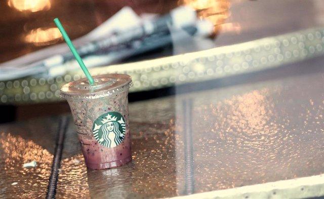 Archivo - Vaso de plástico con pajita en una de las cafeterías que tiene la compañía americana Starbucks en Madrid (España), a 24 de septiembre de 2019. E