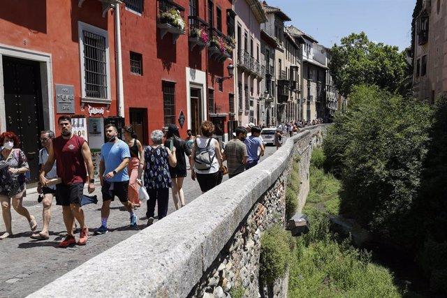 Archivo - Turistas por las calles de Granada (Archivo)