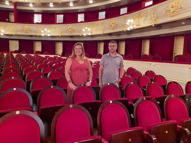La consellera insular de Cultura, Bel Busquets, y el director del Teatre Principal, Josep R. Cerdà.