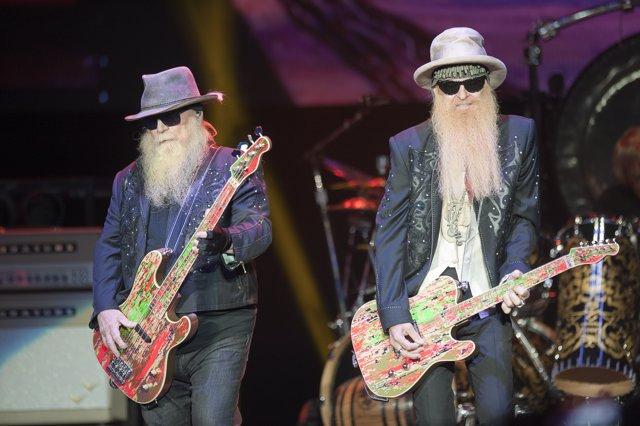 El guitarrista de ZZ TOP Dusty Hill (izq) y su compañero Billy Gibbons