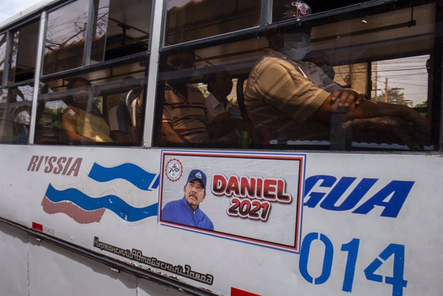 """Archivo - 22 June 2021, Nicaragua, Managua: """"Daniel 2021,"""" reads next to a picture of Nicaraguan President Daniel Ortega on a public transportation bus. Five candidates for the presidential candidacy from opposition alliances were arrested within a few we"""