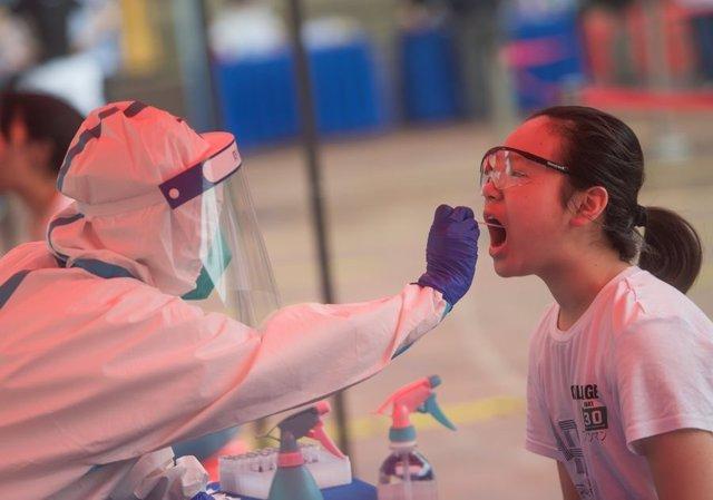Archivo - Prueba PCR en Wuhan, China
