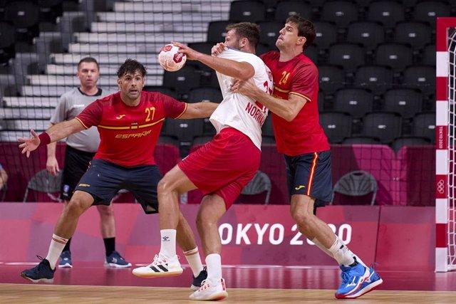 Viran Morros en una acción defensiva del España-Noruega de los Juegos Olímpicos de Tokio