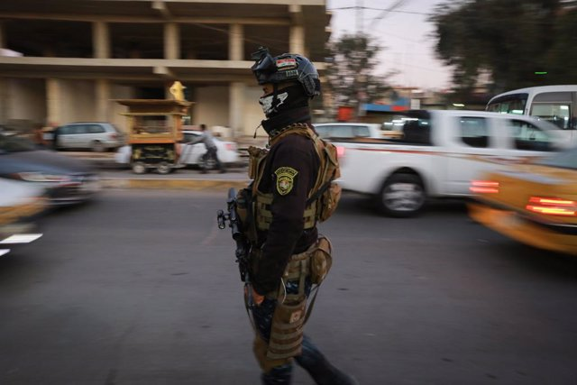 Archivo - Un policía de Irak cerca de la Embajada de EEUU, en la 'Zona Verde' de Bagdad