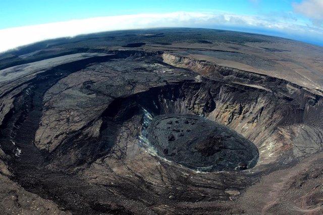 Una vista aérea de gran angular mira al sureste sobre la caldera de la cumbre de Kilauea el 22 de julio de 2021. Los grandes acantilados formados durante los colapsos de 2018 son visibles en el lado izquierdo de la foto.