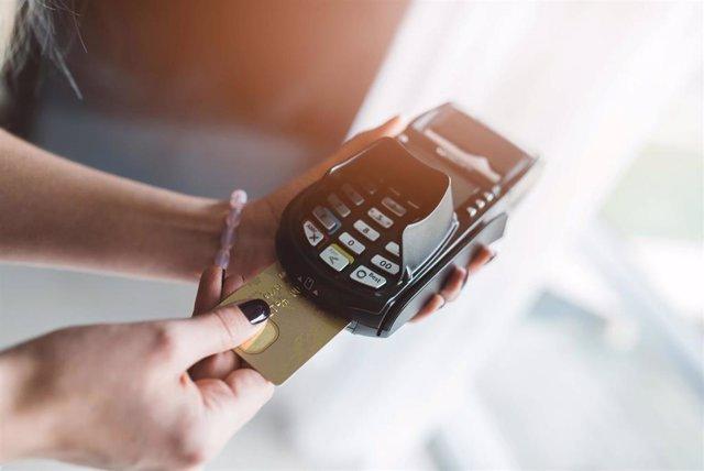 Archivo - Cliente pagando con una tarjeta de crédito