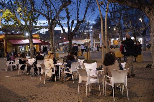 Archivo - Personas en los veladores de un bar. Andalucía amplía hasta las 21.30 horas la apertura de hostelería y comercio en municipios con nivel 2 de alerta. En Sevilla (Andalucía, España), a 05 de marzo de 2021.