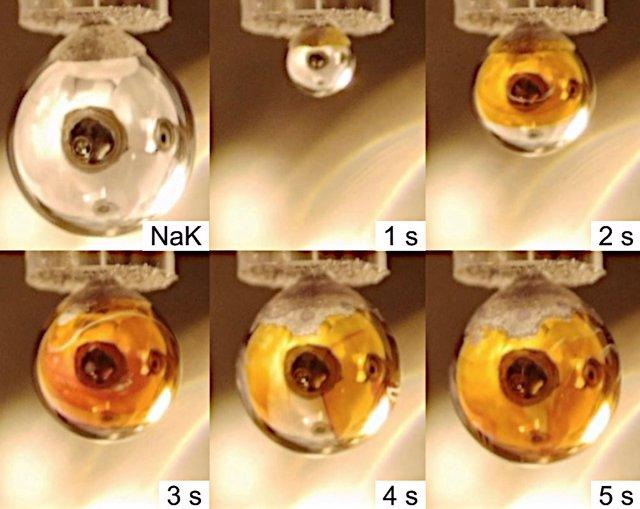 La imagen de la parte superior izquierda muestra una gota de Na-K en el vacío sin vapor de agua. Las otras imágenes muestran el desarrollo de esta gota a lo largo del tiempo cuando hay vapor de agua.
