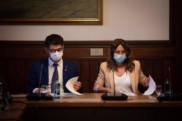 La consellera de Presidència, Laura Vilagrà, i el vicepresident, Jordi Pugineró, en la reunió amb els grups parlamentaris