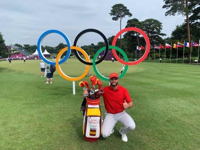 El golfista español Adri Arnaus posa con los aros olímpicos antes de iniciar la competición en los Juegos de Tokyo 2020.