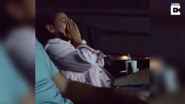 Sorprende a su mujer con la proyección en el cine del vídeo de la boda que creía perdido