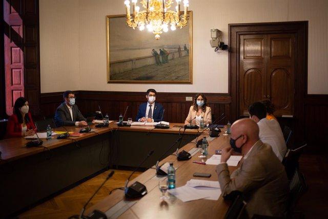 El vicepresident de la Generalitat, Jordi Puigneró, i la consellera de Presidència de la Generalitat, Laura Vilagrà, presideixen la reunió amb els representants dels grups parlamentaris abans de la comissió bilateral