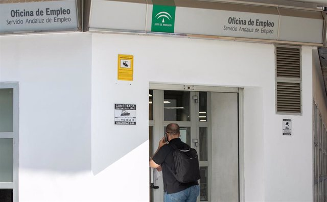 Archivo - Un ciudadano entra en la oficina de empleo del Servicio Andaluz de Empleo en foto de archivo.