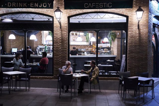 Archivo - Varias personas en una cafetería de Madrid, a 31 de mayo de 2021, en Madrid (España)