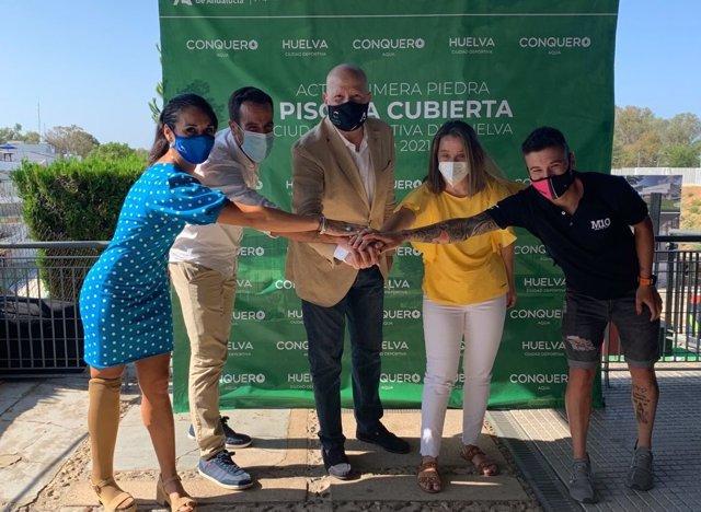 El consejero de Educación y Deporte, Javier Imbroda, ha puesto este jueves la primera piedra de la nueva piscina cubierta de la Ciudad Deportiva de Huelva.
