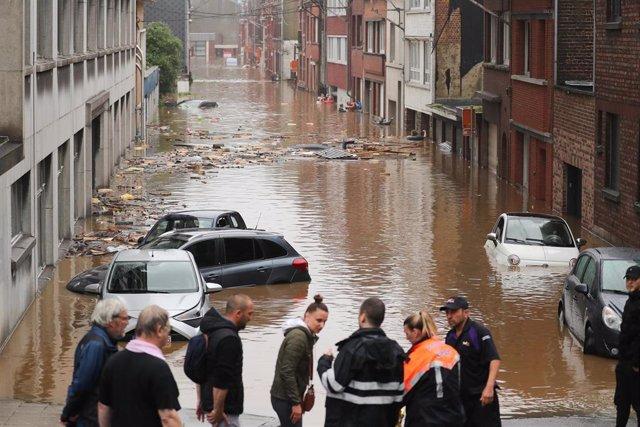 Una calle de Lieja durante las inundaciones causadas por las fuertes lluvias en Bélgica