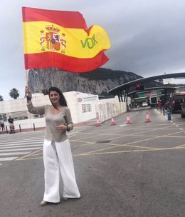 La secretaria general del grupo Vox en el Congreso de los Diputados, Macarena Olona, a las puertas de la verja de Gibraltar.