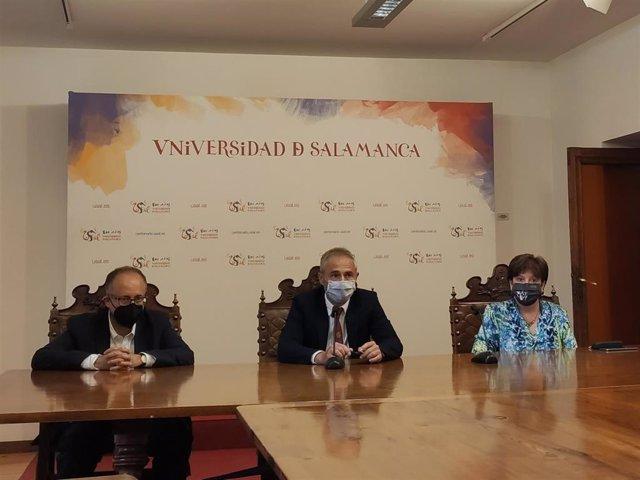 El rector de la USAL, Ricardo Rivero (centro), informa de los asuntos tratados en el Consejo de Gobierno de la institución.