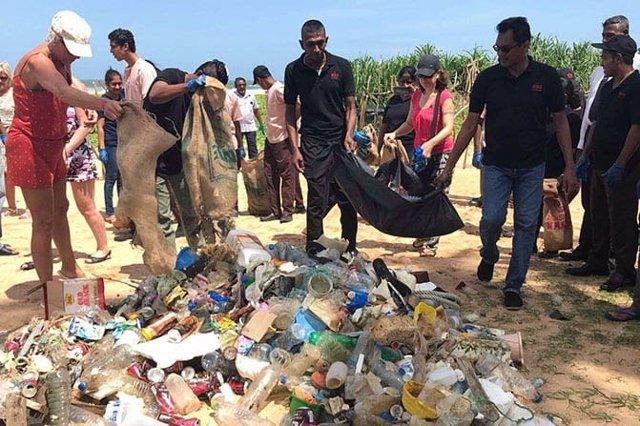 Archivo - Voluntarios de la compañía hotelera limpian una playa.