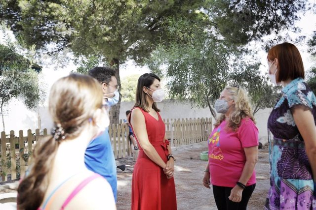 Angeles Martínez visita la escuela inclusiva de Altea en Almería