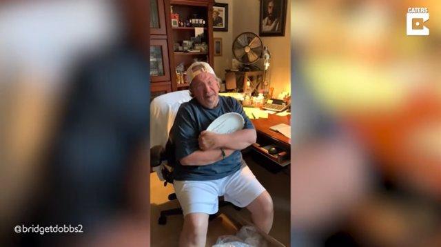 Este hombre se emociona hasta las lágrimas al recibir una receta plasmada en un plato de cerámica de su difunta madre