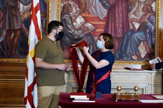 L'alcaldessa de Barcelona, Ada Colau, i el nou regidor Pau González