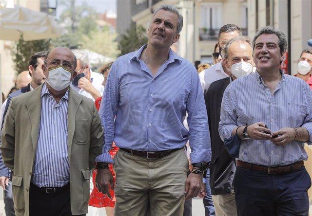 El secretario general de VOX, Javier Ortega Smith (2i), y el presidente de Vox en Valencia, José María Llanos (1d), a su llegada a la inauguración de la nueva sede del partido en la calle Navellos de Valencia, a 29 de julio de 2021, en Valencia