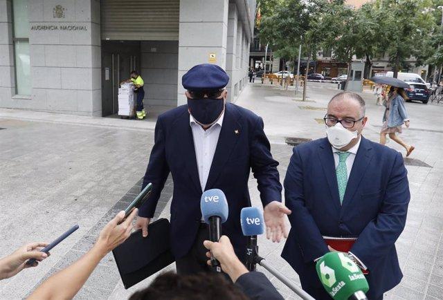 (I-D) El comisario jubilado José Manuel Villarejo, acompañado por su abogado, Antonio García Cabrera, ofrece declaraciones a los medios de comunicación tras salir de la Audiencia Nacional para declarar en un juicio por una pieza del caso 'Tándem', a 6 de