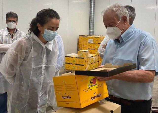 Aranzazu Martín visita la planta de Agrobio, especializada en control biológico
