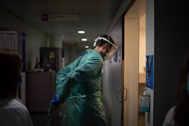 Archivo - Un médico entra en un habitación de la Unidad de Cuidados Intensivos (UCI) del Hospital de la Santa Creu i Sant Pau, en Barcelona, Catalunya (España), a 6 de noviembre de 2020.