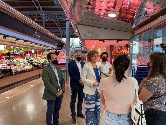Dolors Montserrat, Óscar Ramírez, Josep Bou i Manu Reyes (PP) en una visita al Mercat del Ninot de Barcelona