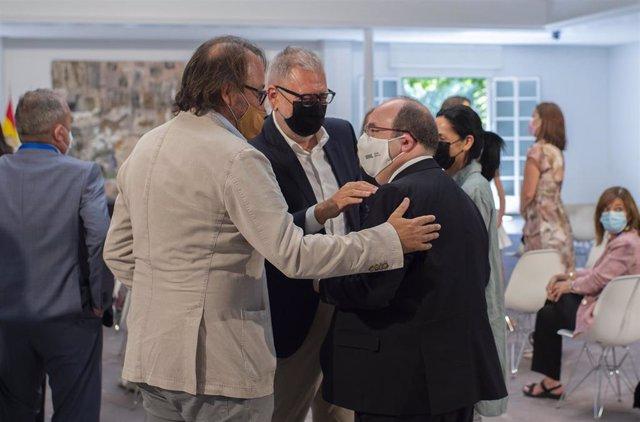 El ministro de Cultura y Deporte, Miquel Iceta (d), conversa con familiares y amigos durante el acto de toma de posesión de altos cargos del Ministerio de la Presidencia, Relaciones con las Cortes y Memoria Democrática y del de Cultura y Deporte