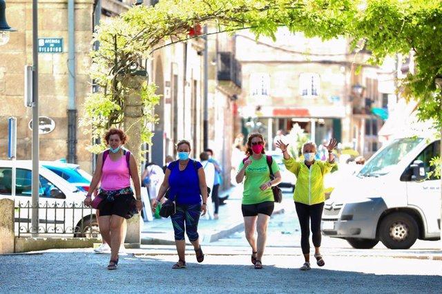 Un grupo de persoas pasea polo recinto onde se adoita celebrar a Festa do Albariño, en Cambados, Pontevedra.