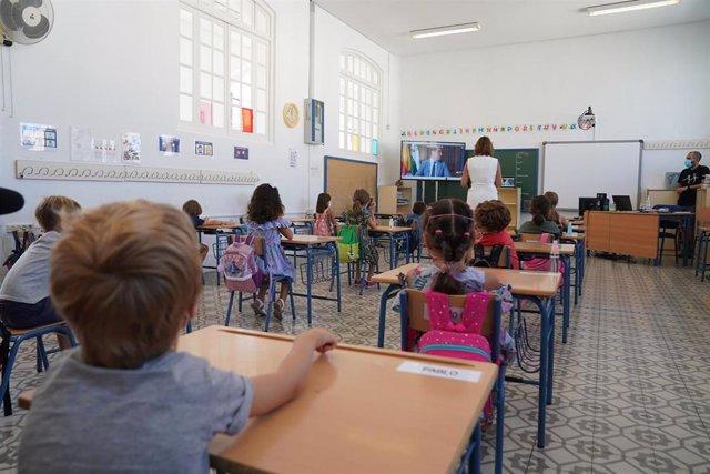 Archivo - Junta y sindicatos acuerdan la ampliación de plantillas en 4.600 nuevos docentes para el curso 2021-22